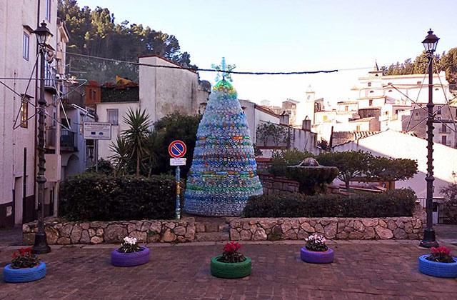 A Gratteri l'albero di Natale ecologico e solidale con 2500 bottiglie